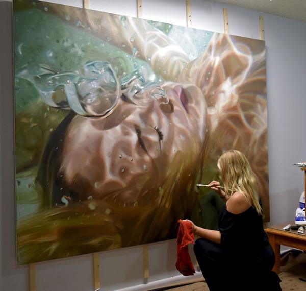 水の中の記憶。水中を漂う女性を描いた油絵 (3)