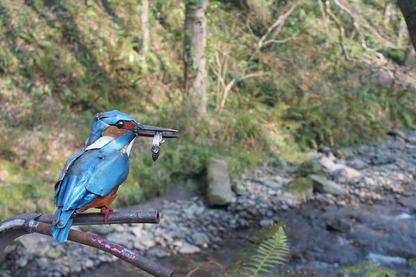 スクラップ金属から作られた鳥や蝶などの金属彫刻 (3)