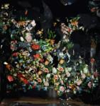 破壊的な美しさ。壊れた鏡に反射した花を映したアート写真