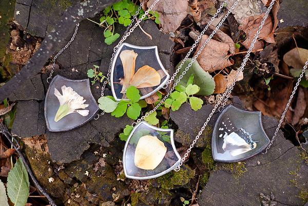 花びらや葉っぱなどの自然が閉じ込められたガラスのネックレス (8)