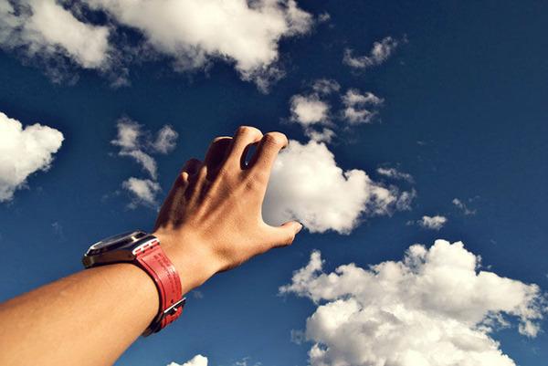 雲を食べる、掴む!ふわふわ白い雲を遠近法で遊ぶおもしろ画像 (4)