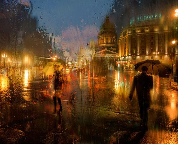 雨粒が滴るガラス越しに撮影されたロシアの街の写真 (13)