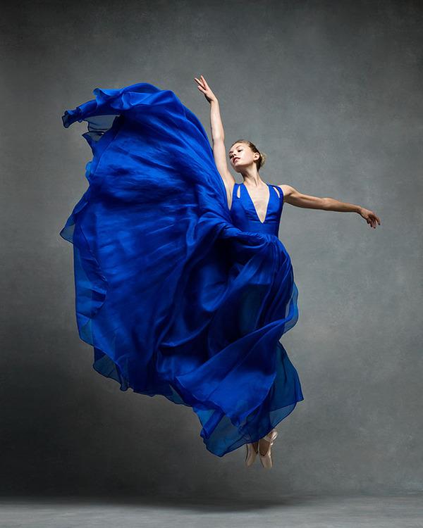 踊りが生み出す芸術。優美なダンサーの写真 (17)