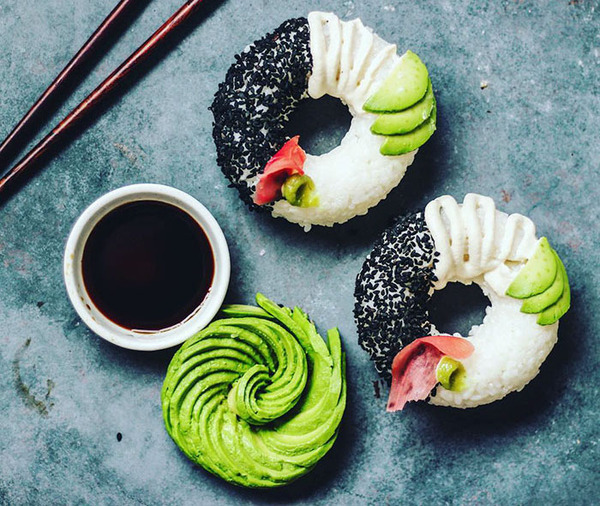 なかなか華やか。外国人が作った寿司ドーナッツ! (1)