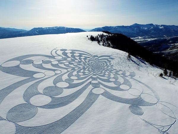 巨大な幾何学模様!真っ白な雪原に壮大な地上絵を描く (3)