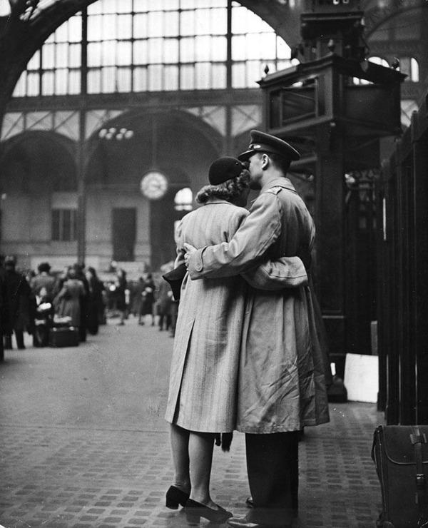 戦時中のラブストーリー。別れを惜しむ恋人たちのキス画像など (1)