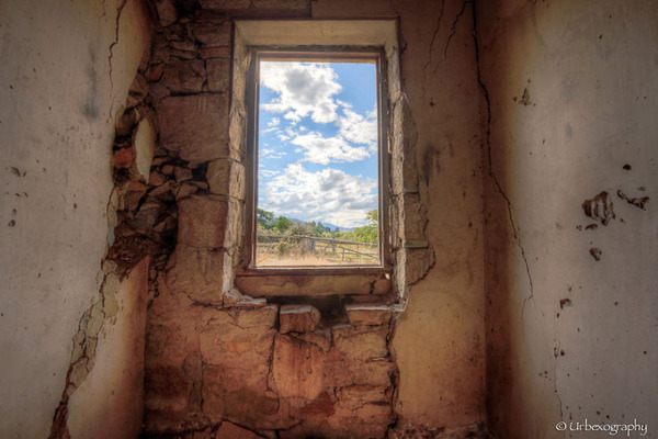 廃墟の部屋の窓から覗く風景 19