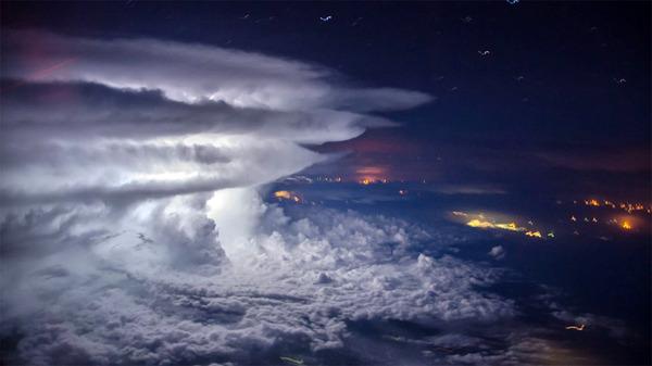 やっぱ雷属性が格好良いよね。飛行機から撮影された雷雲の写真 (2)