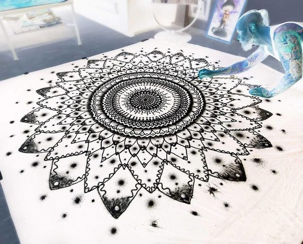 塩で描くアートがすごい!肖像画、曼荼羅模様、動物の絵など (6)