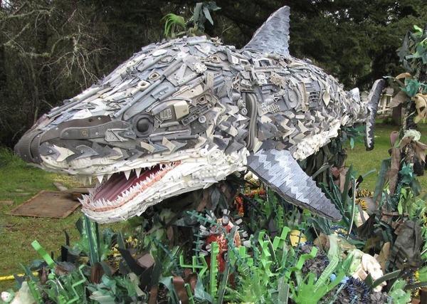 海岸で拾ったゴミで作られた海洋生物の巨大な彫刻 (1)