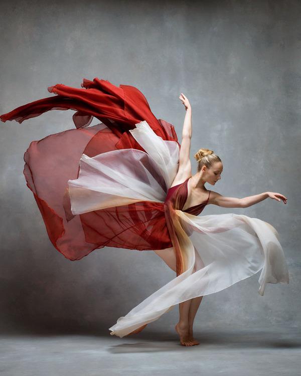 踊りが生み出す芸術。優美なダンサーの写真 (7)