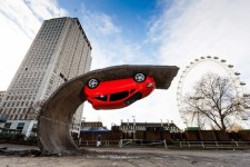 ロンドンで道路が捲り上がり車がひっくり返る!