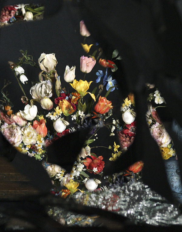 壊れた鏡に反射させた花 12