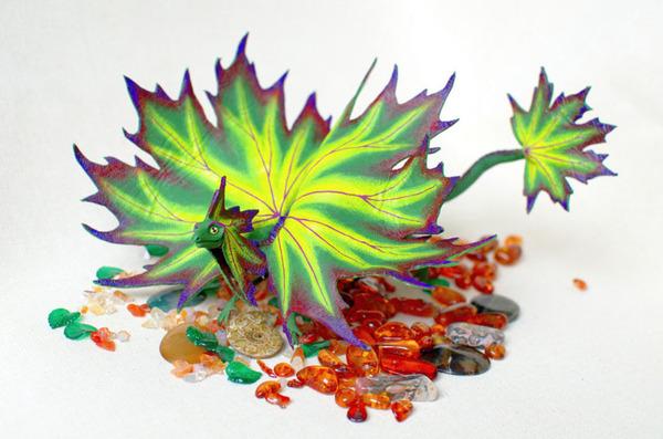 木の葉と一体となった小さなドラゴンの彫刻