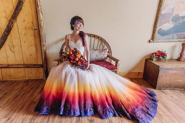 鮮やかなカラーが美しい。色が付いたウェディングドレス (24)