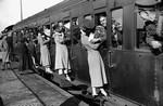 戦時中のラブストーリー。別れを惜しむ恋人たちのキス画像