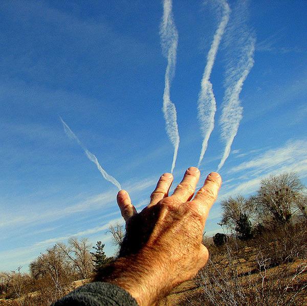 雲を食べる、掴む!ふわふわ白い雲を遠近法で遊ぶおもしろ画像 (14)
