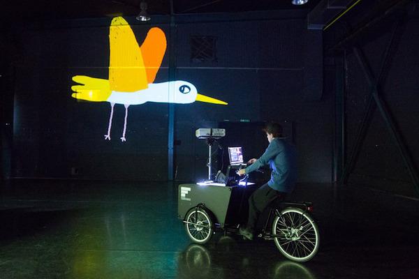 街頭にアニメ!三輪自転車でプロジェクションマッピング (3)