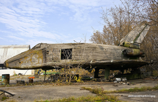 ロシアの飛行場に放棄された木で作られた宇宙船! (6)