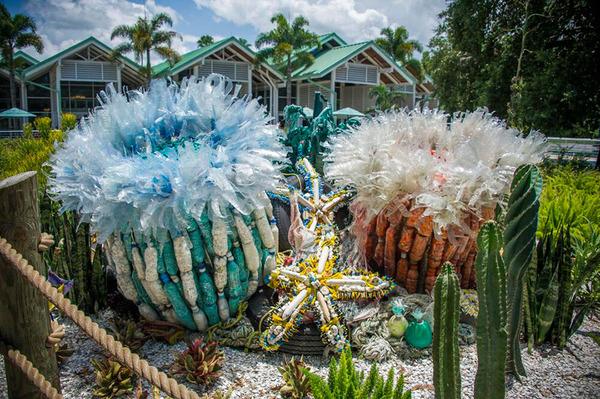 海岸で拾ったゴミで作られた海洋生物の巨大な彫刻 (7)