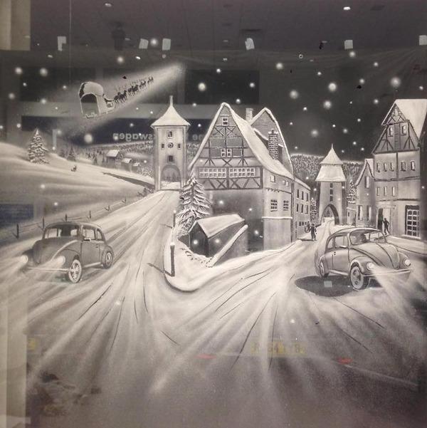クリスマスシーズン!スノースプレーで窓に描く雪景色のアート (1)