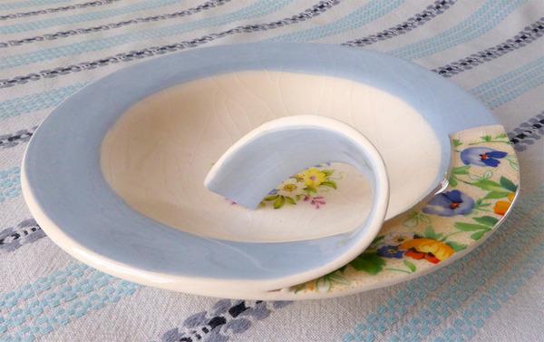 すんごい盛り付けしにくそう。ペロリと捲れた陶器のお皿 (5)