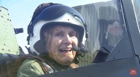 92歳の元女性パイロットが戦闘機に乗る!WW2スピットファイア