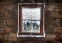 ミスティックビュー!廃墟の部屋の窓から覗く哀愁ある風景