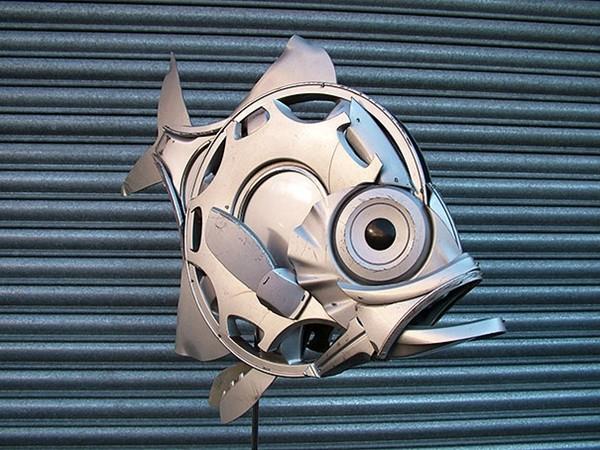 車の金属部品でメタリックな動物彫刻!ホイールキャップ (3)