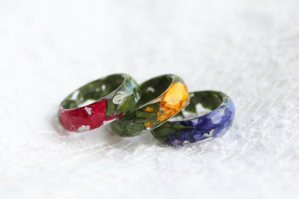 透明な樹脂の中に花や金箔を散りばめたレジンアクセサリー (4)