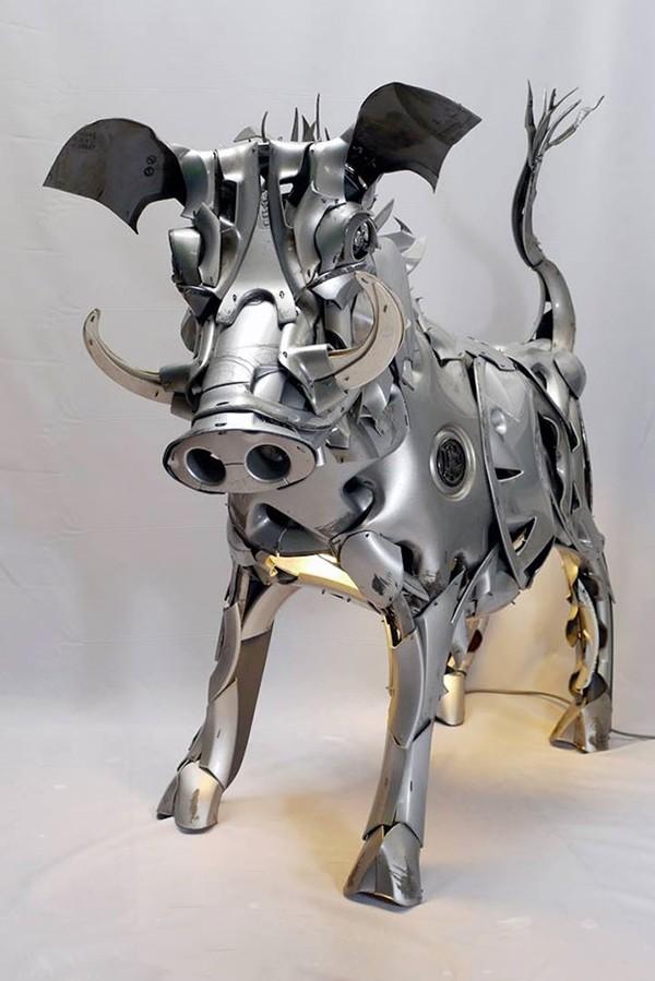 車の金属部品でメタリックな動物彫刻!ホイールキャップ (13)