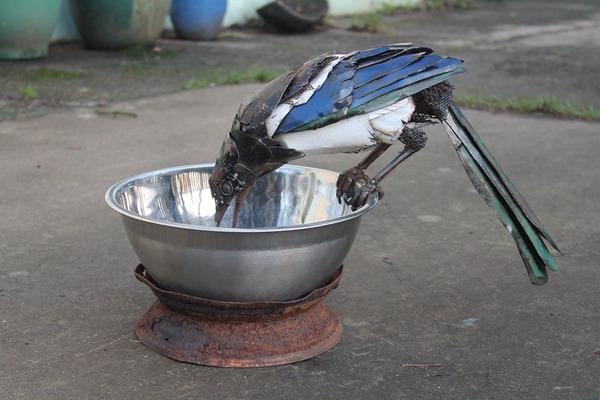 スクラップ金属から作られた鳥や蝶などの金属彫刻 (2)