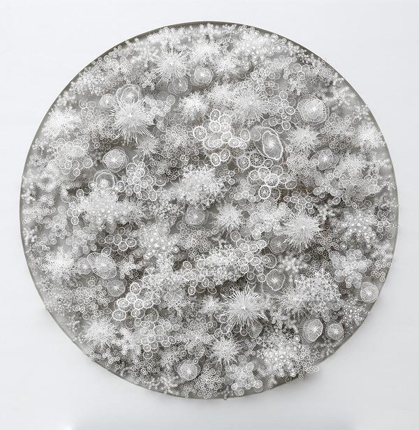 顕微鏡で覗く微生物みたい。繊細なペーパーカットアート (1)