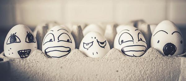 タマゴの気持ち?卵の殻に人間みたいな顔の表情を描いた写真 (3)