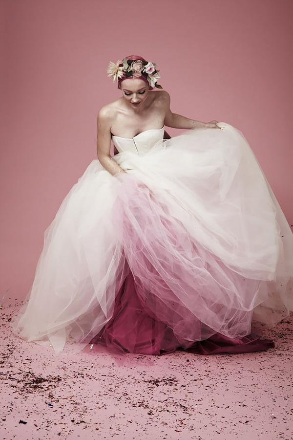 鮮やかなカラーが美しい。色が付いたウェディングドレス (11)
