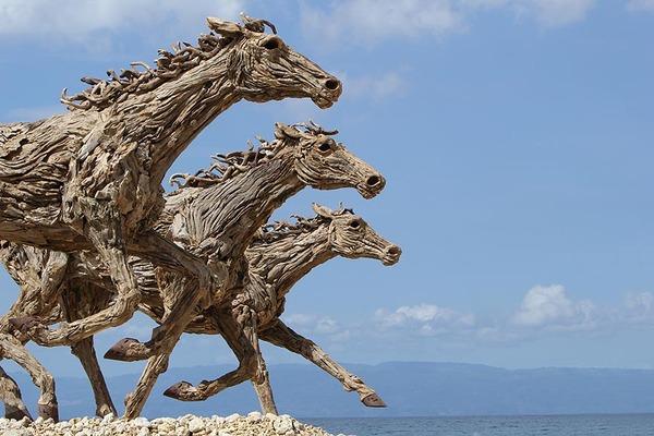 流木で作られた馬の彫像,彫刻