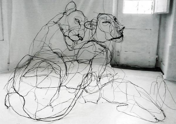 クロッキーみたい!ワイヤーをねじって描写される動物彫刻 (1)