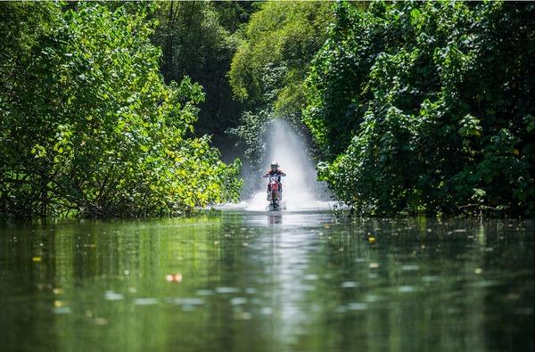 波に乗るオートバイ!水上を走る夢のダートバイク (5)
