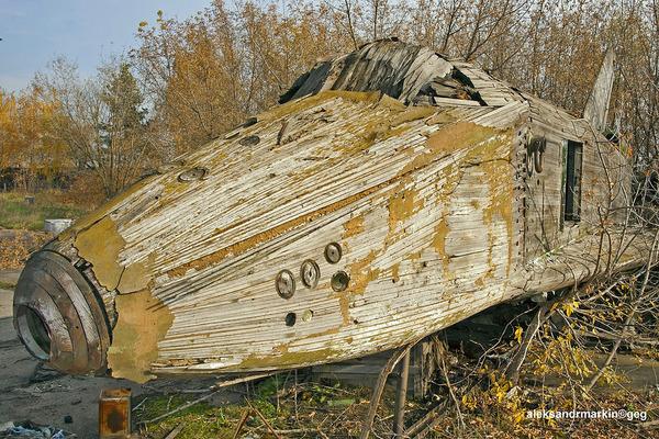 ロシアの飛行場に放棄された木で作られた宇宙船! (4)