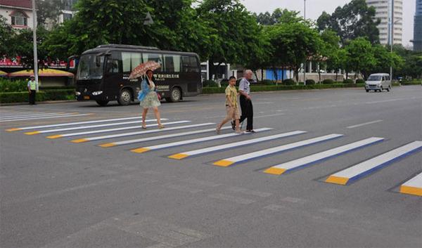 3Dペイントが施されたインドの横断歩道 (4)