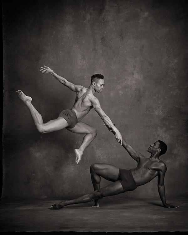 踊りが生み出す芸術。優美なダンサーの写真 (2)