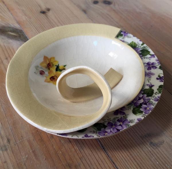 すんごい盛り付けしにくそう。ペロリと捲れた陶器のお皿 (6)