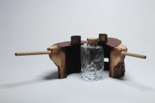木の幹を鋳型にするガラス製作。ウイスキーボトル!
