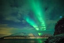 フィンランドのオーロラが爆発!光のカーテンの夜空が神秘的で綺麗