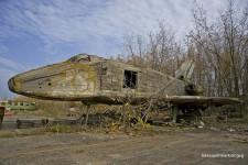 ロシアの飛行場に放棄された木で作られた宇宙船のレプリカ