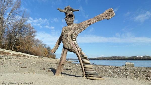 歪な形がゾンビっぽい!ドナウ川の流木で作られた彫刻作品 (6)