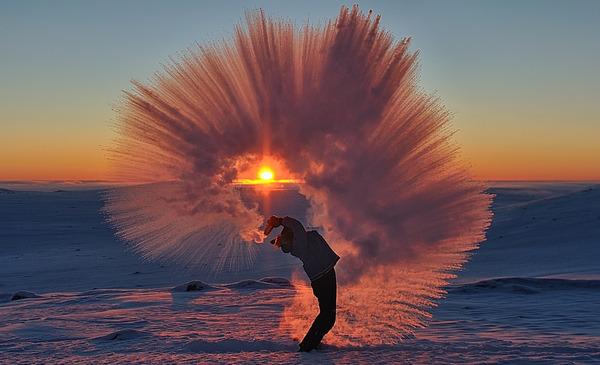 瞬間凍結!-40℃の世界では熱いお茶が一瞬で凍るらしい…画像 (1)