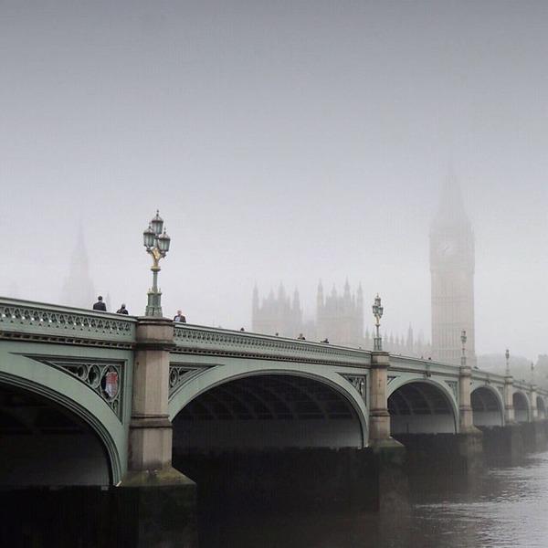 霧のロンドン。霧に覆われた幻想的なロンドンの街の写真 (5)