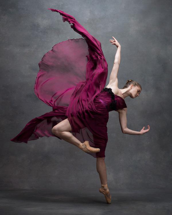 踊りが生み出す芸術。優美なダンサーの写真 (10)