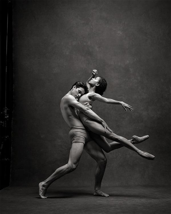 踊りが生み出す芸術。優美なダンサーの写真 (22)